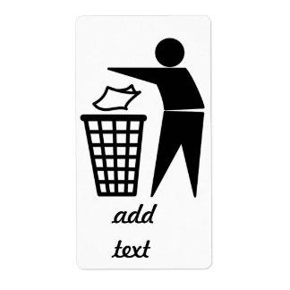 Hombre de la basura que descarga la basura de etiqueta de envío