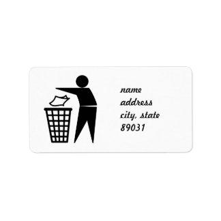Hombre de la basura que descarga la basura de etiquetas de dirección