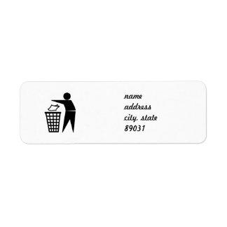 Hombre de la basura que descarga la basura de etiqueta de remitente