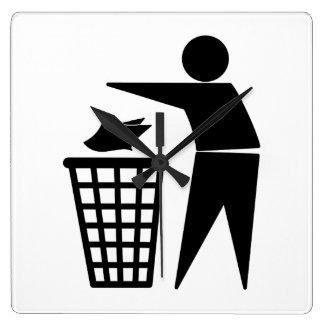 Hombre de la basura que descarga la basura de reloj