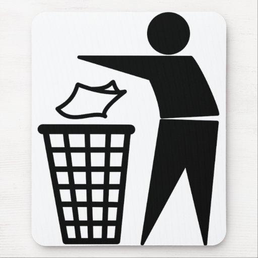 Hombre de la basura que descarga la basura de alfombrilla de ratón