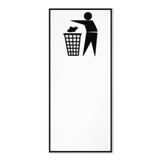 Hombre de la basura que descarga la basura de lona publicitaria