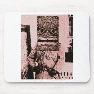 Hombre de la máscara de Tiki Alfombrilla De Ratones