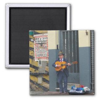 Hombre de la música en la calle en Buenos Aires Imán Cuadrado