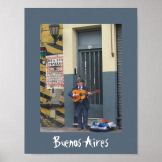 Hombre de la música en la calle en Buenos Aires Póster