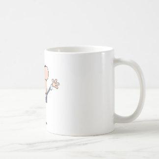 Hombre de negocios amistoso que agita un saludo tazas de café