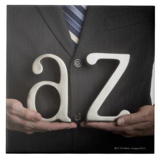 Hombre de negocios con las letras de A a de Z Azulejo Cuadrado Grande
