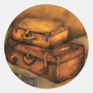 Hombre de negocios - maletas llenas pegatina redonda