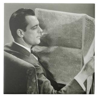 Hombre de negocios que lee el periódico azulejo cuadrado grande