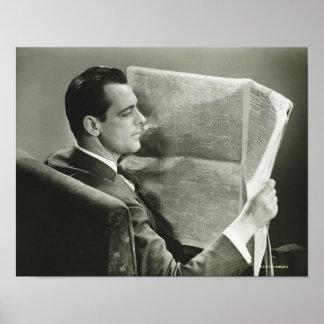 Hombre de negocios que lee el periódico póster