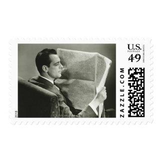 Hombre de negocios que lee el periódico sellos postales