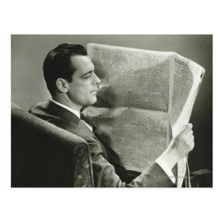 Hombre de negocios que lee el periódico tarjeta postal