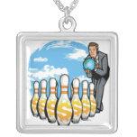 Hombre de negocios que rueda un globo hacia los colgante cuadrado