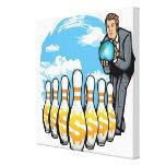 Hombre de negocios que rueda un globo hacia los impresiones en lona estiradas