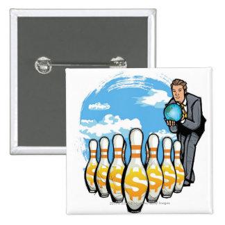 Hombre de negocios que rueda un globo hacia los pin cuadrado