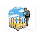 Hombre de negocios que rueda un globo hacia los tarjeta postal