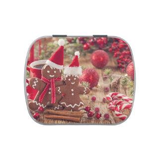 Hombre de pan de jengibre del navidad y bebida jarrones de dulces