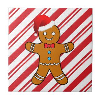 hombre de pan de jengibre en el navidad tejas