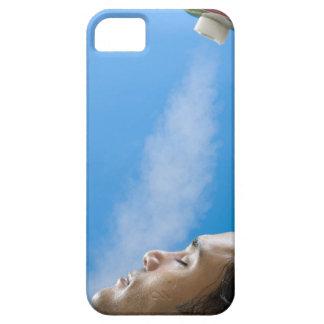 Hombre debajo del grifo del vapor en el balneario iPhone 5 Case-Mate cárcasas