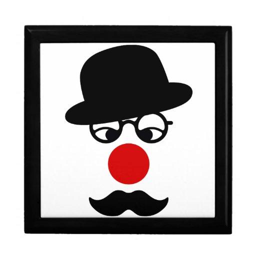 Hombre del bigote con la nariz del gorra y del pay cajas de recuerdo