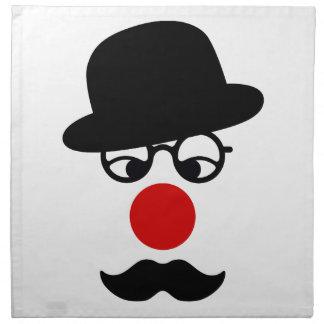 Hombre del bigote con la nariz del gorra y del pay servilleta