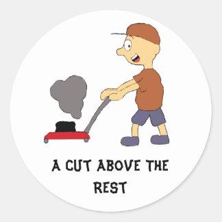 Hombre del dibujo animado con el cortacésped pegatina redonda