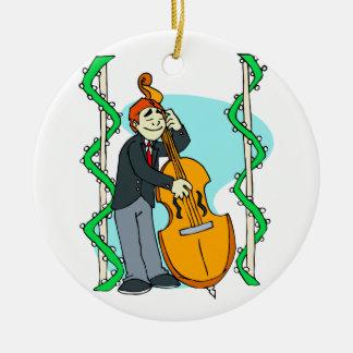 Hombre del dibujo animado que juega el bajo adorno navideño redondo de cerámica