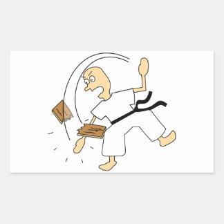 Hombre del karate del dibujo animado que taja al pegatina rectangular