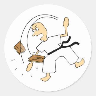 Hombre del karate del dibujo animado que taja al pegatina redonda