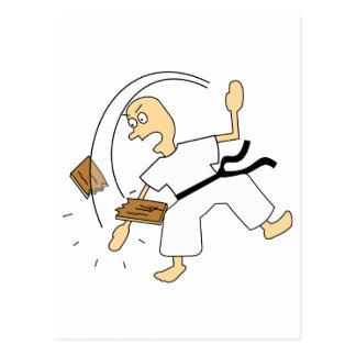 Hombre del karate del dibujo animado que taja al postal