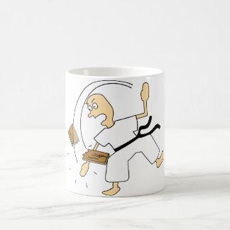 Hombre del karate del dibujo animado que taja al taza clásica