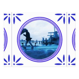Hombre del paraguas en la teja del azul de Delft d Postal