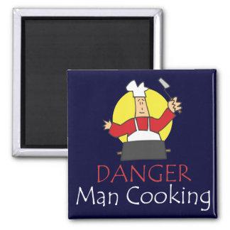 Hombre del peligro que cocina el imán