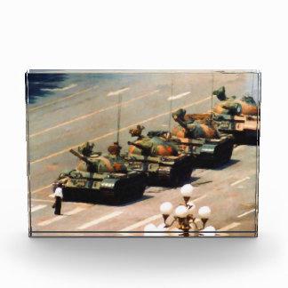Hombre del tanque que pinta el cubo de acrílico