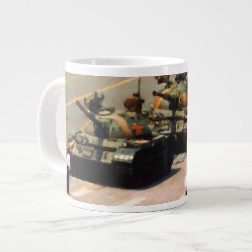 Hombre del tanque que pinta la taza enorme taza grande