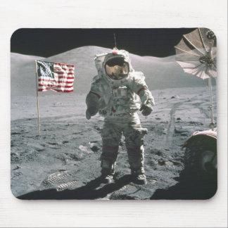 Hombre del último de Apolo 17 en la luna Mousepad Tapete De Ratones