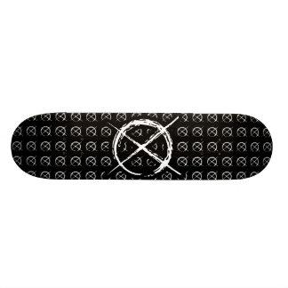Hombre delgado tabla de skate