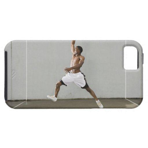 hombre descamisado que salta con un baloncesto iPhone 5 Case-Mate protectores