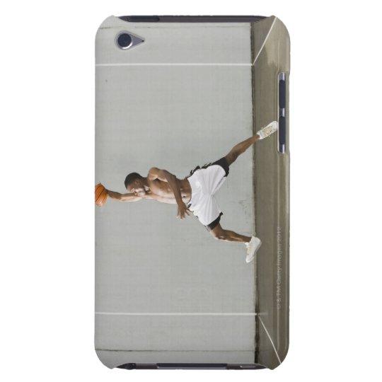 hombre descamisado que salta con un baloncesto funda para iPod de barely there