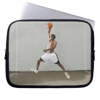 hombre descamisado que salta con un baloncesto funda portátil
