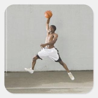 hombre descamisado que salta con un baloncesto calcomanías cuadradas