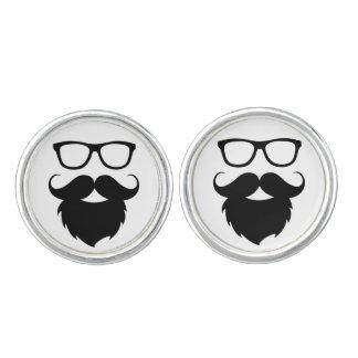 Hombre divertido maduro de la barba mancuernillas