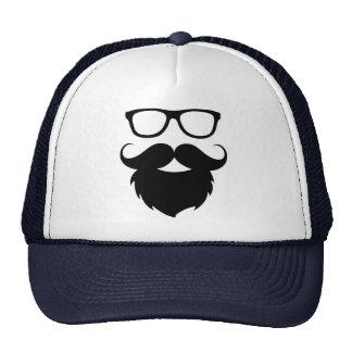 Hombre divertido maduro de la barba gorra