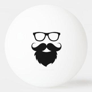 Hombre divertido maduro de la barba pelota de ping pong