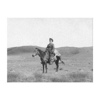 Hombre en caballo con la fotografía matada del ant impresiones en lona estiradas