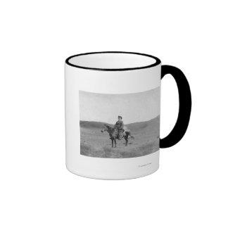 Hombre en caballo con la fotografía matada del ant taza