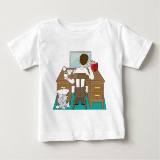 Hombre en el escritorio playera de bebé