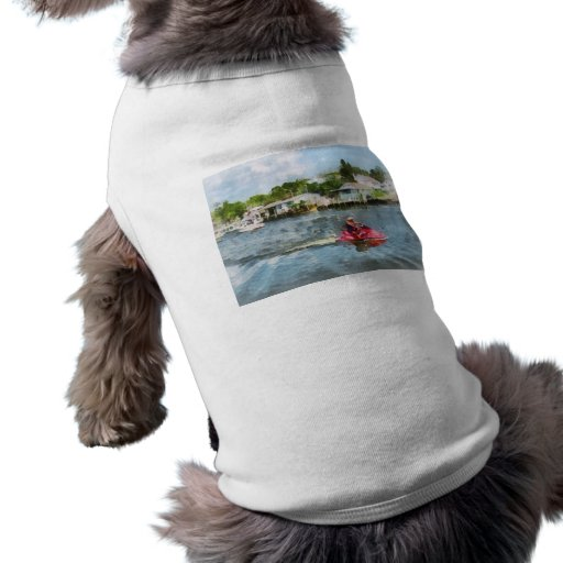 Hombre en el esquí del jet camisas de mascota