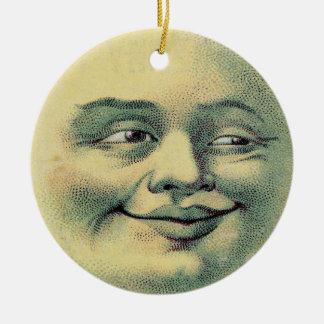 Hombre en el ornamento de la luna adorno navideño redondo de cerámica