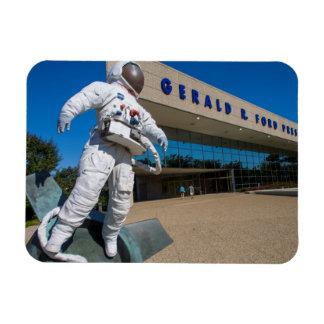 Hombre en escultura del espacio imanes flexibles
